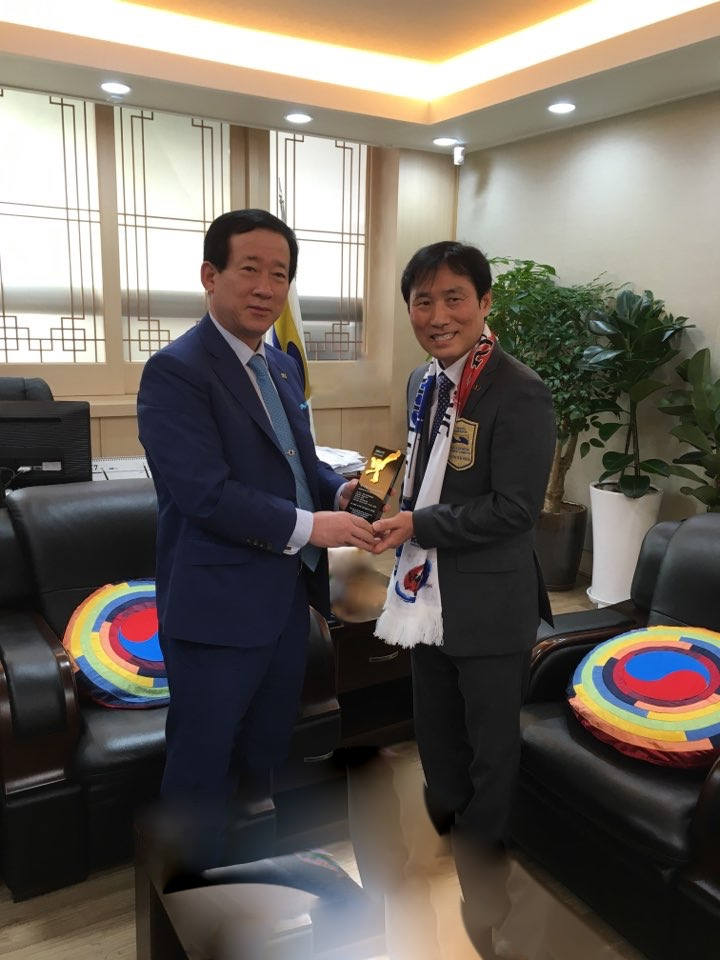 GrandMaster Yu receiving his award from  Kukkiwon President